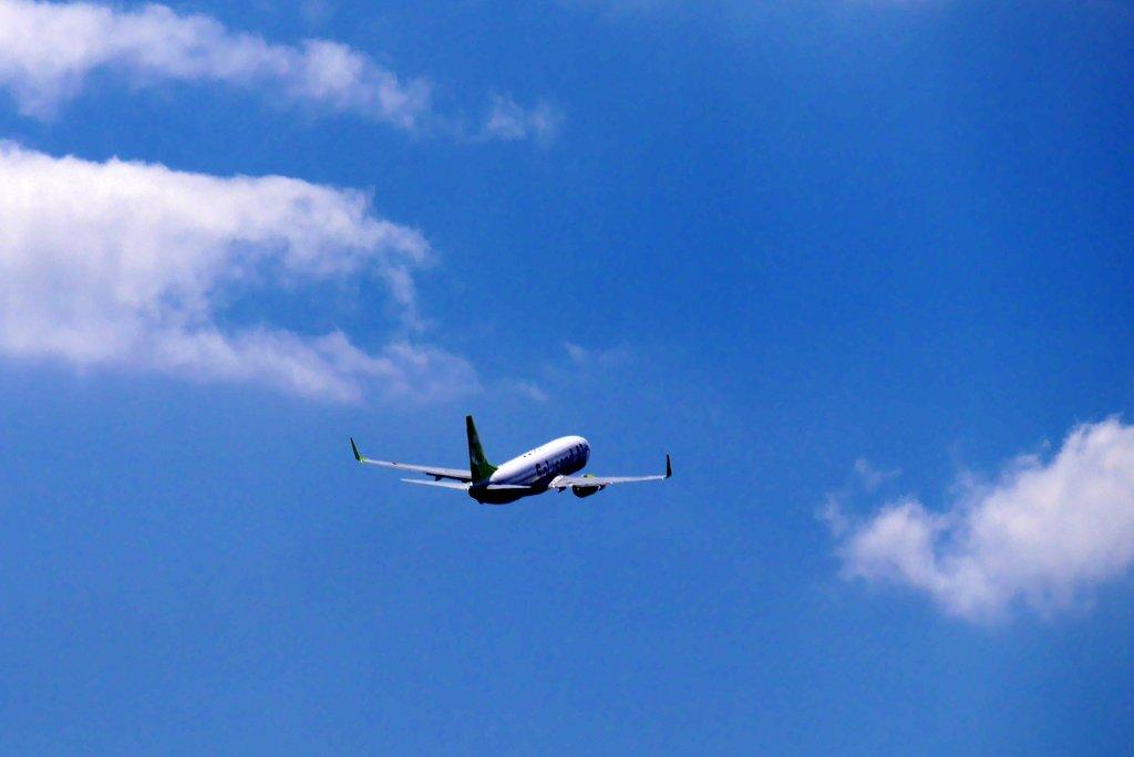 飛んで行く飛行機